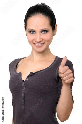 junge Frau zeigt den Daumen hoch