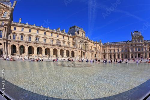 Leinwanddruck Bild The Louvre - a huge bowl magnificent fountain