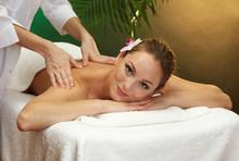 belle jeune femme au salon spa obtenir un massage,