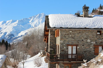 chalet de montagne dans la neige