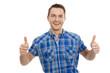 Mann drückt beide Daumen - isoliert in blau