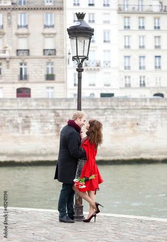 Dating couple in Paris