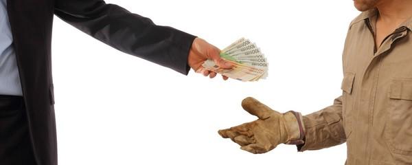Geschäftsmann übergibt Geld an Arbeiter
