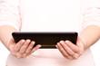 Zwei Hände halten einen Tablet Computer