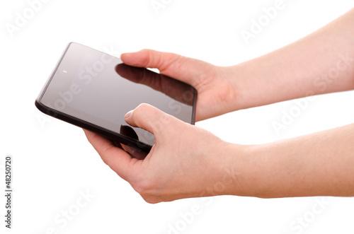 Zwei Hände halten ein computer tablet