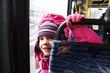Wesoła dziewczynka jedzie tramwajem