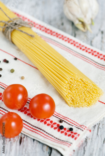 Spaghetti, dry pepper, tomatoes and garlic