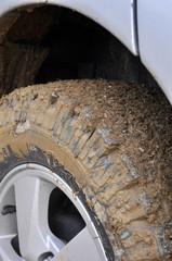 Ruota di jeep fuoristrada con fango