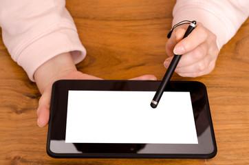 Zwei Hände einer Frau mit Tablet Computer