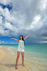 水納島のビーチで遊ぶ笑顔の女性