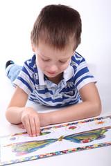 Kind beim puzzeln