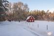 Rotes Holzhaus in Schweden im Winter