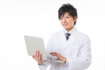 白衣 男性 コンピューター
