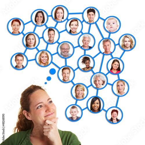 Frau denkt an ihr soziales Netzwerk