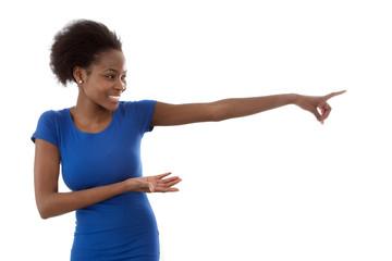 Afrikanerin zeigt auf etwas hin - blau isoliert