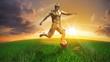 Fussballspieler Gold auf Spielfläche im Sonnenuntergang