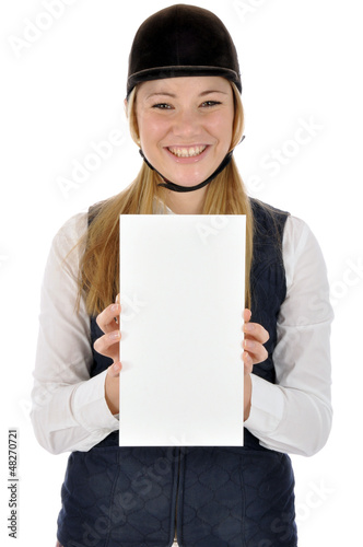 Junge Frau in Reitdress hält leeres Schild