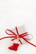 Weihnachtsdekoration in Rot und Weiß - Geschenk