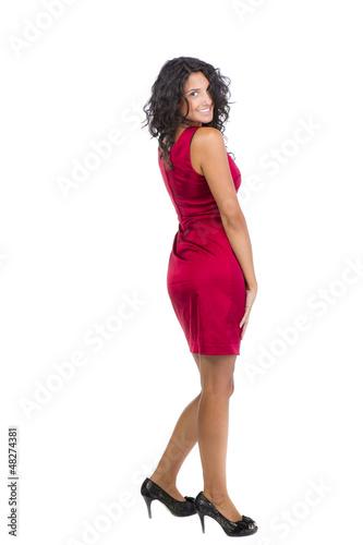 Eine schöne dunkelhaarige Frau im roten Kleid