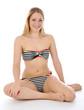 Junge Frau im Bikini sitzt