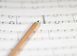 Bleistift liegt auf Musiknoten