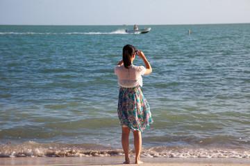 Frau fotografiert am Meer