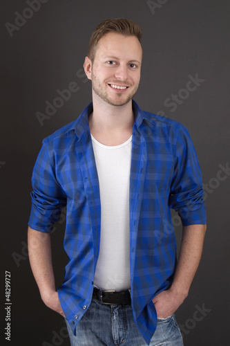 Glücklicher Student in Blau als Portrait