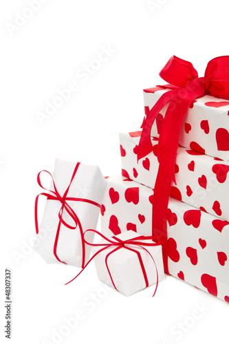 Weiße Geschenke mit Herzen