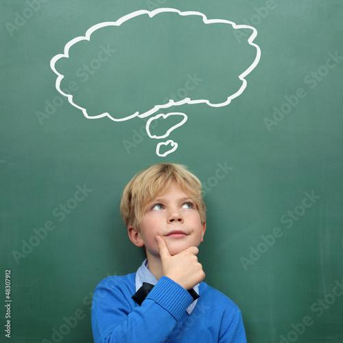Kind an der Tafel mit Sprechblase
