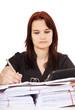 Junge Frau sitzt vor reichlich Büroarbeit