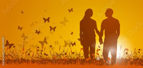 Paar läuft in Sonnenuntergang