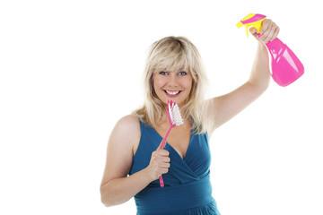 Lachende Frau mit Spülbürste und Sprayflasche