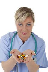 Junge Ärztin zeigt eine Handvoll Tabletten