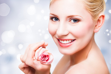 attraktive junge blonde Frau mit Rose