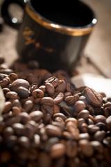 Kaffeebohnen auf verwittertem Holz mit Tasse