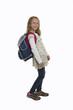 Schülerin mit einer einer schweren Schultasche
