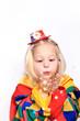 Mädchen/Clown pustet Konfetti
