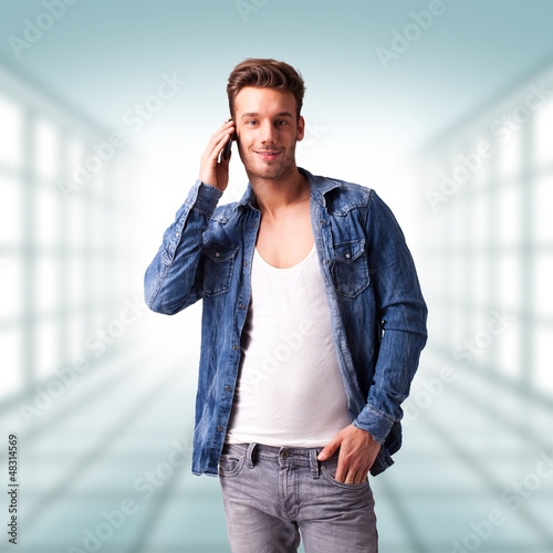 attraktiver junger Mann mit Mobiltelefon