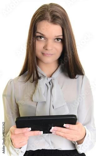 Jeune femme avec une tablette informatique