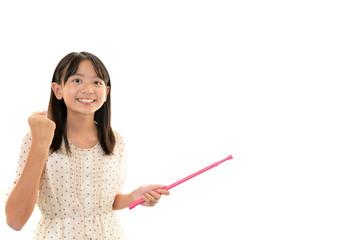 指示棒を持ち微笑む女の子