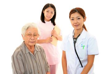 笑顔の医療スタッフと高齢者