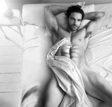 Nagi mężczyzna w łóżku