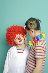 kinder verkleiden und schminken sich im Fasching