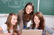 lehrerin im unterricht mit laptop
