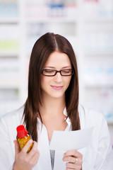 lächelnde apothekerin mit medikament und rezept
