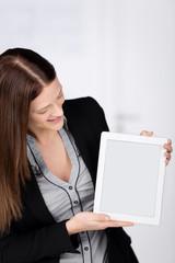 frau zeigt tablet-monitor