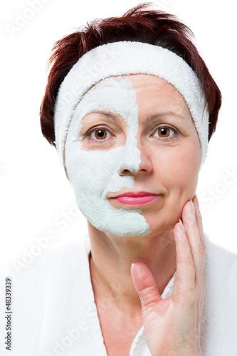 Frau trägt sich eine Schönheitsmaske auf