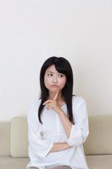 怒った顔の若い女性