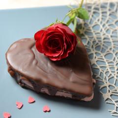 Kuchen in Herzform mit roter Rose