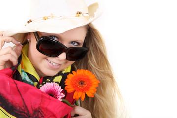 Frau mit Blumen im Sommer